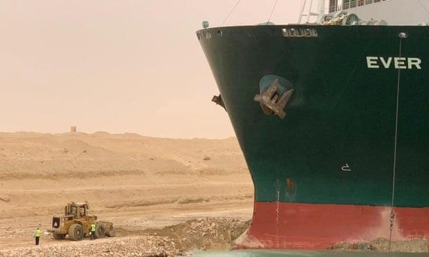 Kis bulldozer, nagy hajó – már a Szuezi-csatorna torlasza is mém