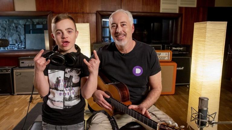 Közösen zenél Hajós András és Gyurci, a Down-szindrómás kamasz