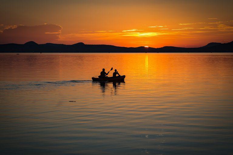 Horgászt kellett kimenteni a Balatonból