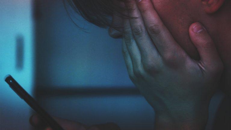 A poszttraumás stressz-szindrómát is vállalniuk kell a Facebook dolgozóinak