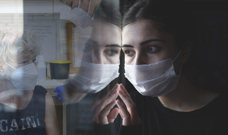 Maszkkal védik magukat a járványtagadók a beoltottak ellen