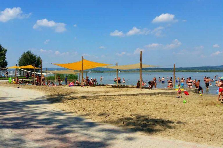 Az MSZP ingyenessé tenné a természetes tavak strandjait