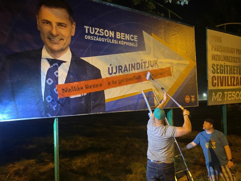 A Párbeszéd képviselőjelöltje ráplakátolt a kormány plakátjaira az éj leple alatt