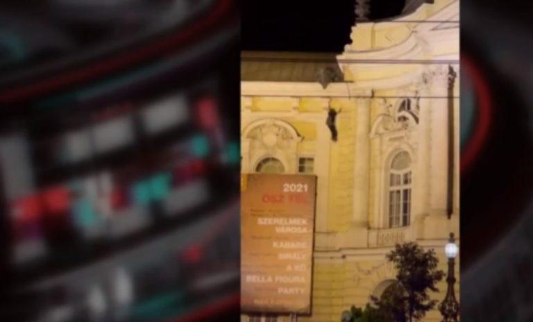 Lezuhant egy férfi a Vígszínház faláról, életveszélyes állapotban vitték kórházba
