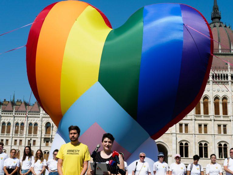 10 méteres szivárványszínű szívvel tiltakoztak ma a Parlament előtt