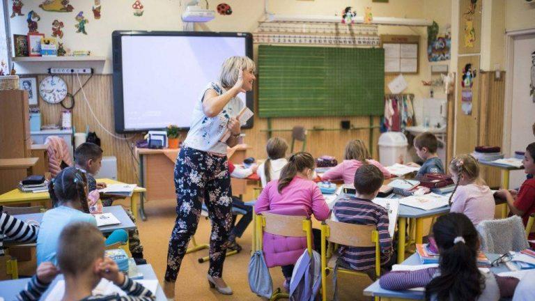 Diákok gyűjtenek aláírásokat, hogy a tanárok több fizetést kapjanak