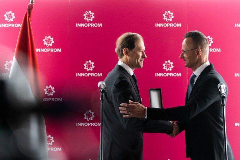 Magyar kitüntetést adott át Oroszországban Szijjártó