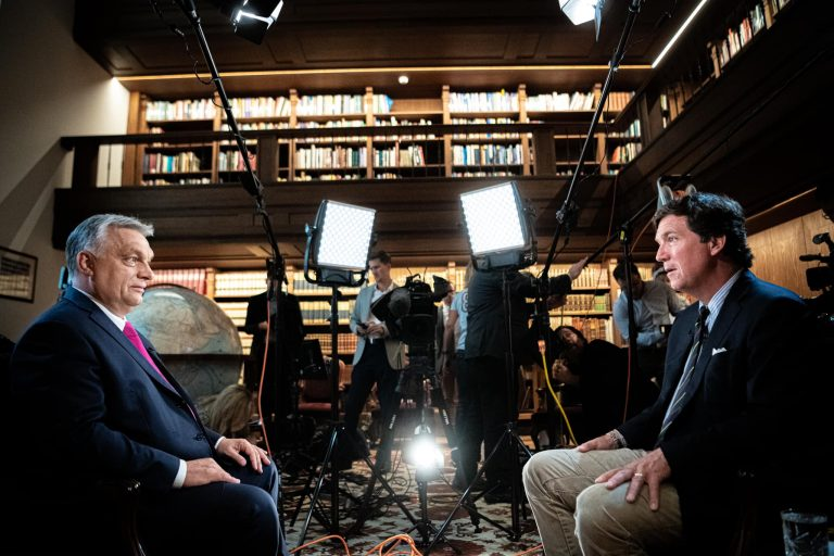 Az amerikai Bayer Zsolt interjúztatta Orbánt, megtudtuk hogy Biden minden magyart megsértett