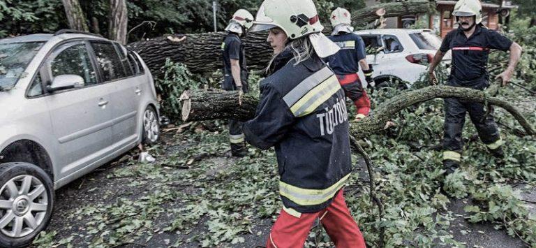 Több mint 1300 esethez hívtak tűzoltót a vasárnapi viharok miatt