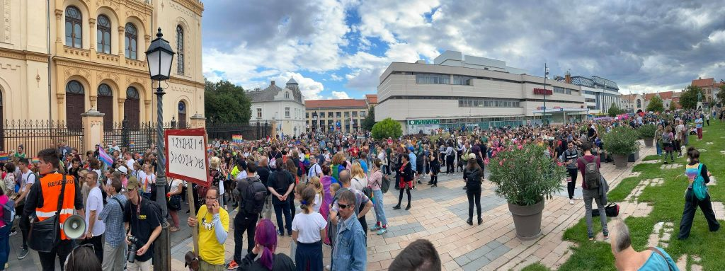 Pécs Pride gyülekezője a Kossuth téren